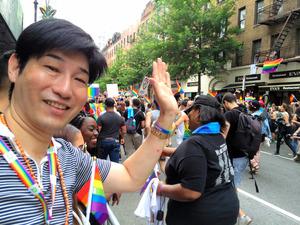 2015年6月、米ニューヨークの「プライド行進」を見学した中村吉基さん=本人提供