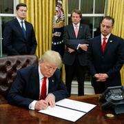 オバマケア撤廃へ大統領令に署名 トランプ大統領
