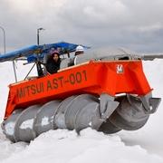 「ガリンコ号」原型機、雪原を疾走 30年ぶりに復活