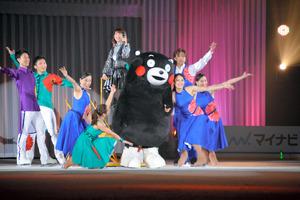 熊本出身の歌手森高千里さん(中央)やくまモンも登場した=熊本市南区荒尾2丁目