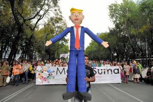 トランプ人形に火、隣国メキシコで就任抗議デモ