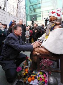 20日に釜山総領事館前に設置された少女像を訪れた「共に民主党」の文在寅・前代表=同氏の公式ブログから