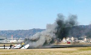 『住宅街そばに小型機墜落、炎上』