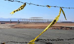 フォード・モーターの新工場ができるはずだった場所には、建設途中の骨組みが残されていた=メキシコ・ビジャデレイエス、田村剛撮影