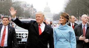 ワシントンで20日、就任パレードで手を振るトランプ米大統領とメラニア夫人=ロイター