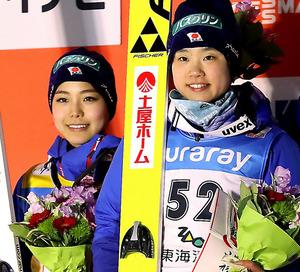 表彰台で笑顔を見せる優勝した伊藤有希(右)と2位の高梨沙羅=林敏行撮影