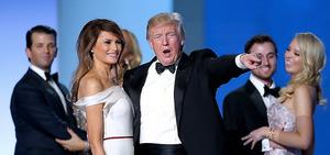 ワシントンで20日、舞踏会で観衆の声援に応えるトランプ米大統領とメラニア夫人=AP