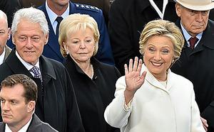 ヒラリー・クリントン氏が連邦議会議事堂に到着。報道陣の呼びかけに手を振る