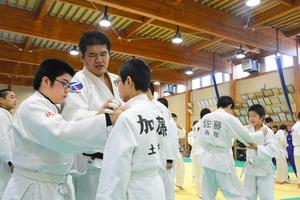秋田)ロンドン五輪代表の上川選手、中高生に柔道指導