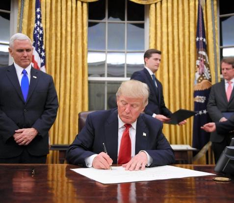 大統領執務室、金色カーテンに オバマ氏離れた数時間後