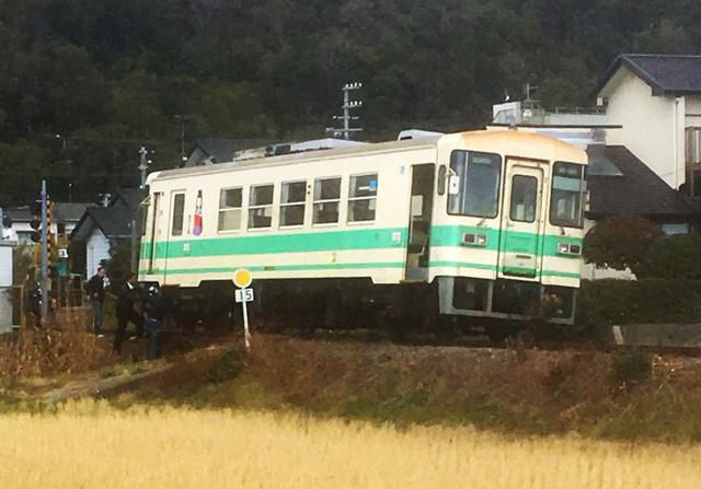 脱線した紀州鉄道の車両=22日午後1時19分、和歌山県御坊市、ASA御坊提供