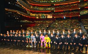 会場を埋めた約1800人のサポーターらを前に、J1昇格を誓った松本山雅の選手やスタッフたち=松本市深志3丁目