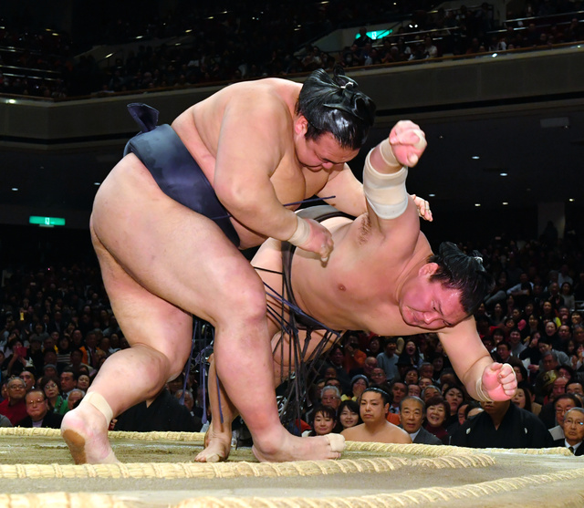 稀勢の里(左)は白鵬をすくい投げで破る=恵原弘太郎撮影
