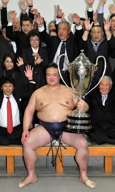 初優勝を決め祝福される稀勢の里。後ろは父、萩原貞彦さん。その左は母、裕美子さん=22日、国技館、恵原弘太郎撮影