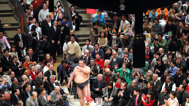 初優勝を果たした稀勢の里に声援を送る相撲ファン=越田省吾撮影