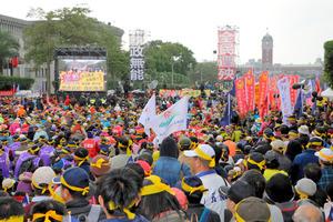 台北市内で開かれた、年金改革に反対する元公務員や元軍人らの抗議集会=22日午後、西本秀撮影