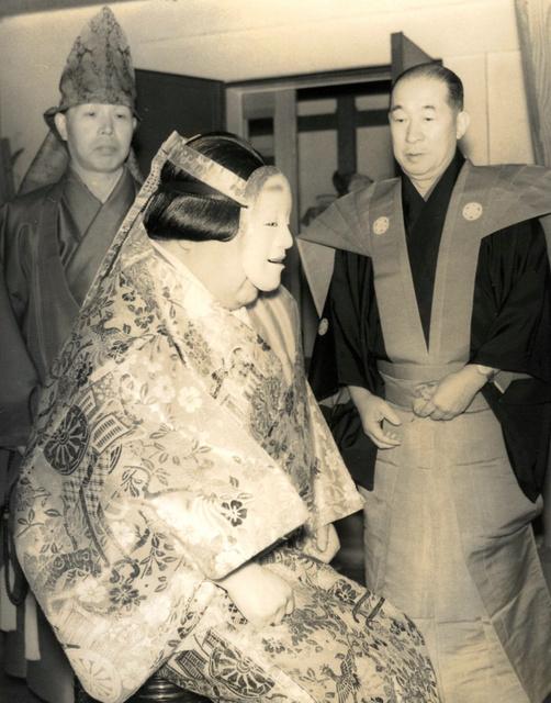 能面と能衣装の2代目・田村駒治郎=昭和の初め、3代目・駒治郎さん提供