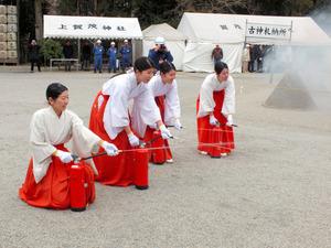 初期消火訓練をする巫女たち=北区の上賀茂神社