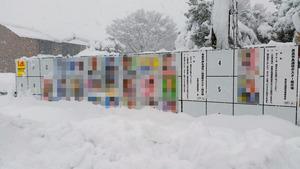 23日未明から降り始めた雪で市長選と市議選の掲示場も3分の1が埋まった=滋賀県高島市新旭町北畑(選挙ポスターにモザイクをかけています)