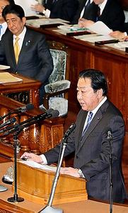 衆院本会議で代表質問に立つ民進党の野田佳彦幹事長。後方は安倍晋三首相=23日午後1時35分、岩下毅撮影