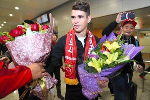 2日に上海の空港に到着し、歓迎されるオスカル=AFP時事