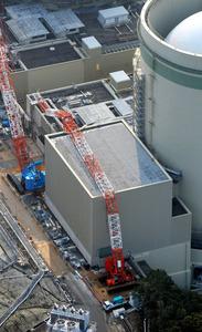 倒れた高浜原発の工事用クレーンのアーム=21日、福井県高浜町、朝日新聞社ヘリから