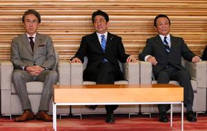 閣議に臨む安倍晋三首相(中央)と麻生太郎財務相(右)=24日午前9時22分、岩下毅撮影