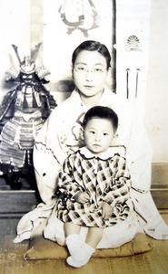 母・幸子(こうこ)さんと2歳のころ。幸子さんは教育熱心で女学校で学んだ英語を教えてくれたという=本人提供