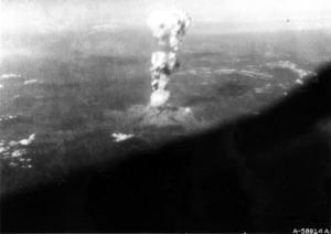 米軍がエノラ・ゲイから撮影したとみられるキノコ雲(1945年8月6日、米議会図書館所蔵、広島平和記念資料館提供)