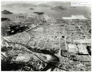 米軍が航空機から南向きに空撮した被爆後の広島=1946年1月、米国立空軍博物館調査課所蔵、広島平和記念資料館提供