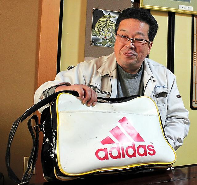 久保秀智さんは大貴さんが使っていたスポーツバッグを愛用している=富山県小矢部市