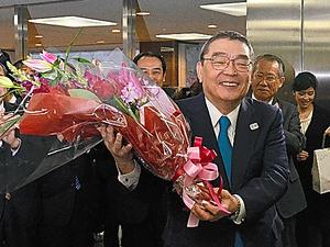 見送りの職員らを前に笑顔を見せる籾井会長=24日、東京・渋谷のNHK放送センター