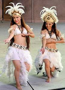 踊りを披露する木野田舞子(左)=いずれも福島県いわき市のスパリゾートハワイアンズ