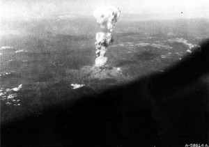 米軍がエノラ・ゲイから撮影したとみられるキノコ雲=1945年8月6日、米議会図書館所蔵