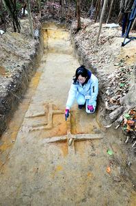 舟木遺跡の大型建物跡で見つかった炉の跡=兵庫県淡路市、水野義則撮影
