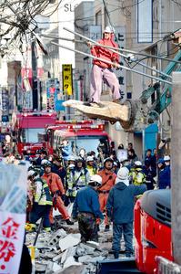解体中のビルが倒壊した現場=25日午後3時36分、福岡市早良区西新、日吉健吾撮影