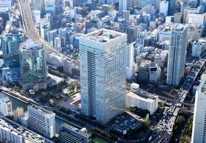 東芝の本社が入るビル(中央)=24日、東京都港区、朝日新聞社ヘリから、西畑志朗撮影