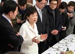 朴槿恵大統領は今月1日にも、ソウルの大統領府で報道陣を前に自分の考えを語り、疑惑について否定した=AP