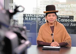 ラパスにあるテレビ局でニュース番組の出番を待つノルマ・バランコスさん。衣装は子どもの頃から変わらない