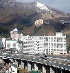 新潟県湯沢町のリゾートマンション群。高速道路のインターと新幹線駅があり、首都圏からのアクセスは良い=昨年11月、新潟県湯沢町
