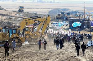 米ノースダコタ州で昨年11月、「ダコタ・アクセス・パイプライン」の計画地で、建設反対を訴えて歩く人たち=ロイター