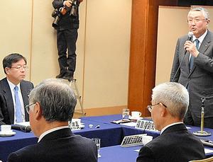 鈴木正晃・福島県副知事(右)による鉄路復旧方針の表明を聞く室井照平・会津若松市長(左)