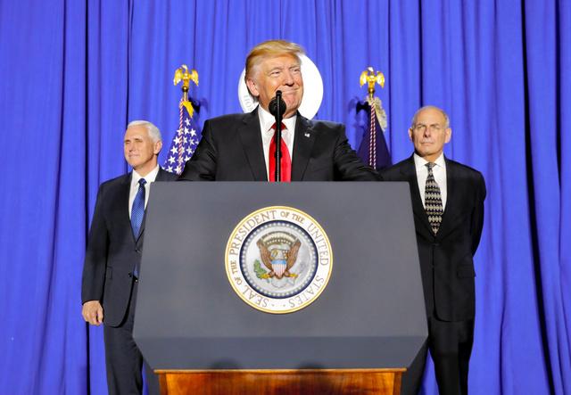 米ワシントンで25日、国土安全保障省で演説したトランプ大統領(中央)=AP