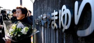 正門前で取材に答える献花に訪れた伊藤光子さん=26日午前9時42分、相模原市緑区、角野貴之撮影