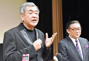 街づくり構想を話す建築家の隈研吾さん(左)と糸プロジェクト実行委員会の山名正英代表=西条市神拝