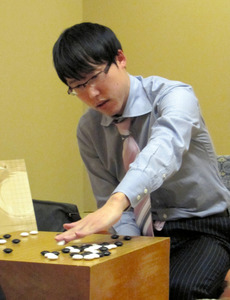 井山棋聖が2連勝 囲碁名人戦リーグ戦