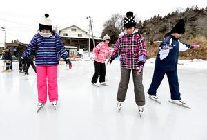 「田んぼリンク」でスケートを楽しむ子どもたち=27日午前9時11分、福島県川俣町、諫山卓弥撮影