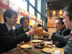 プレミアムフライデーで1杯無料になる「ザ・プレミアム・モルツ」で乾杯する招待客ら=27日午前、東京都千代田区