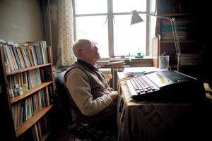 北京の書斎に座る周有光。中国語の漢字発音をローマ字で表記するピンインの父とされる。1月14日、111歳で死去した=Shiho Fukada/(C)2017 The New York Times