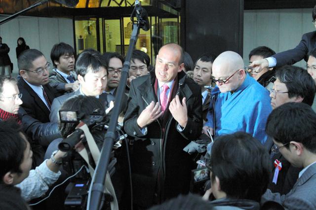 オリンパス事件で記者会見後に囲まれるウッドフォード元社長